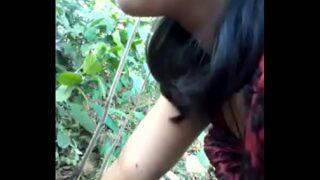 खूबसूरत देहाती औरत की जंगल झाड़ियों में चुदाई